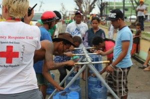 Accediendo a agua potable (Cruz Roja).