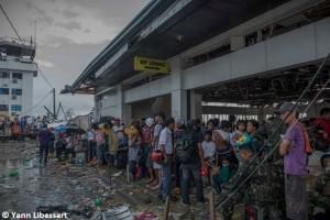 Supervivientes del tifón esperan a ser evacuados en el aeropuerto de Tacloban (© Yann Libessart)