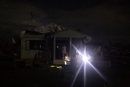 El equipo de MSF se reúne al caer en la noche, en Guiuan ((© Peter Hove Olesen/Politiken)
