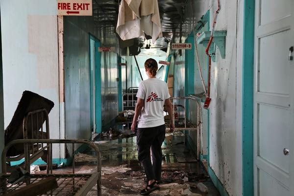 La doctora Carolina Nanclares, coordinadora médica de MSF, inspecciona los servicios del hospital de Burauen, Leyte (© Agus Morales).