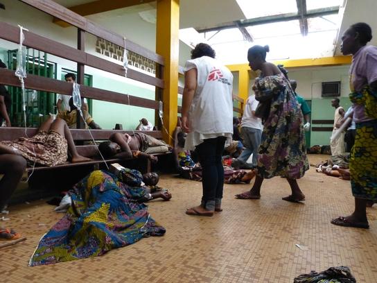 Equipos de MSF dando respaldo en la atención de heridos al Hospital Comunitario de Bangui (© Samuel Hanryon/MSF).
