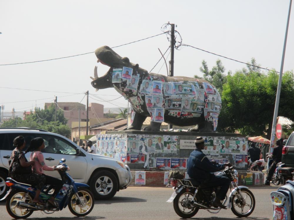 Estatua del Hipopótamo en el Boulevard de l'Indépendance, Bamako. (CRE).