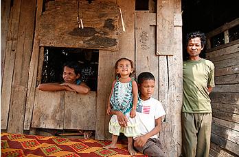 Ko, junto a su familia, a las afueras de Phnom Penh. (Juan Díaz/Global Humanitaria).