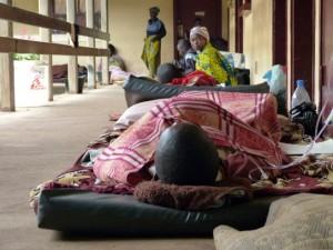 Pacientes atendidos en el hospital Comunitario de Bangui, uno de los centros médicos en los que el personal de MSF lleva a cabo cirugías. (© Samuel Hanryon)