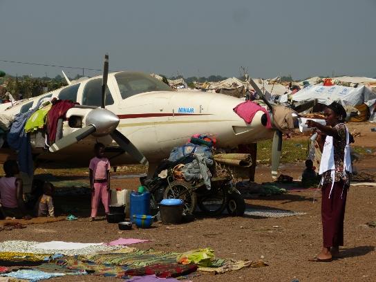 Campo de desplazados Mpoko, en el aeropuerto de Bangui, donde se hacinan más de 100.000 personas en condiciones infrahumanas. MSF es la única organización que les presta asistencia médica. (Copyright: Samuel Hanryon)