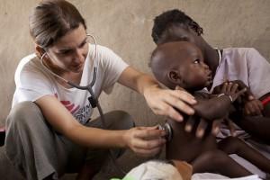 La enfermera Josie Gilday para consulta en el centro nutricional del hospital de Lankien. © Brendan Bannon.