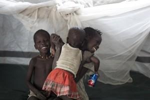 Niños jugando en el hospital de Lankien. © Camille Lepage