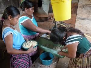 Mujeres del Petén en molinos de nixtamal. (Global Humanitaria)