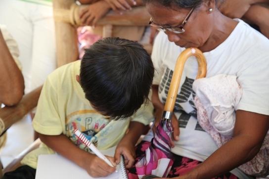 El dibujo es usado como parte de las terapias tanto en niños como en adultos.  © MSF