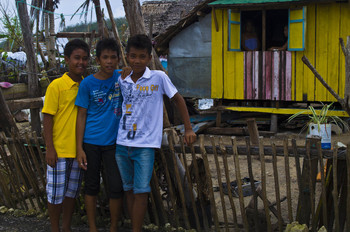 Niños frente a su casa. Baras, Filipinas (PLAN).
