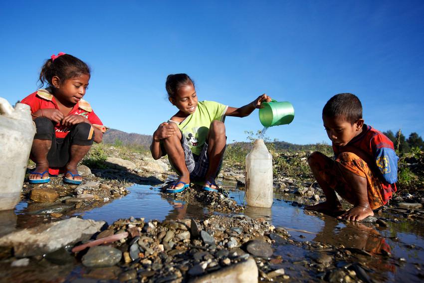 Resultado de imagen para fotos de gentes cargando agua desdelos rios