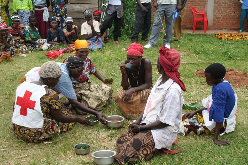 Grupo de teatro de la Cruz Roja de Burundi realizando una representación teatral contra el cólera