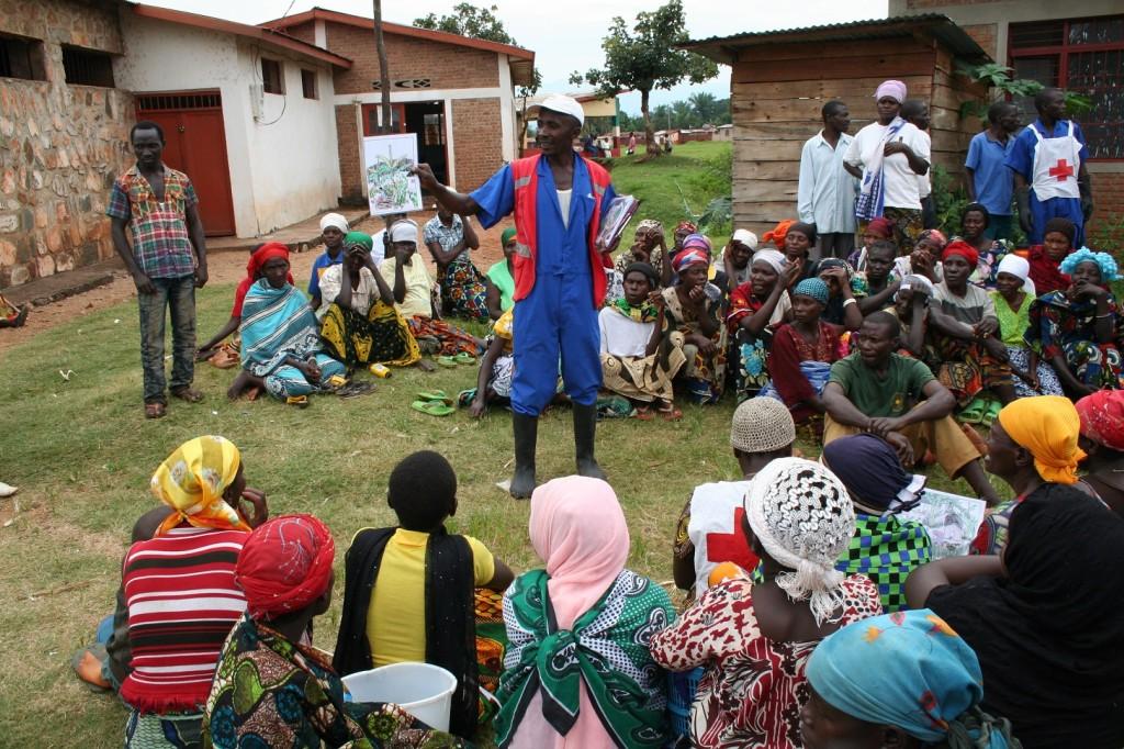 Voluntario de la Cruz Roja de Burundi explica consejos de prevención del cólera a través de viñetas, tras una representación teatral.