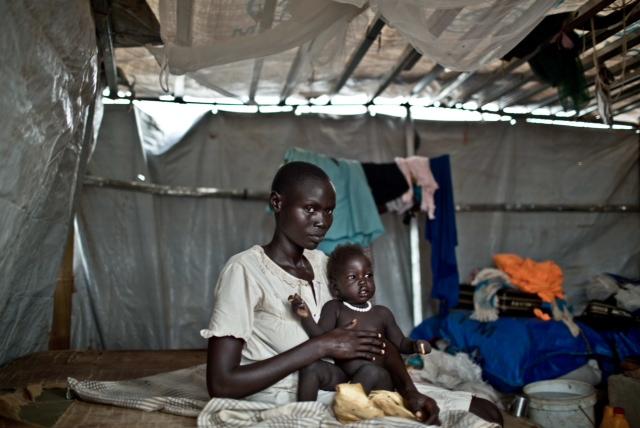 Nyan Hian Gatluak huyó del Estado de Jonglei con su madre y sus dos hijos y lleva un mes en el recinto de Naciones Unidas en Juba, la capital de Sudán del Sur. Su hija tiene malaria y no recibe atención médica. (Pablo Tosco / Oxfam Intermón)