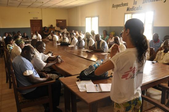 Monia Sayah, enfermera de MSF, explica al personal del hospital Guéckédou como se transmite el virus y como protegerse cuando tratan los pacientes. Copyright: Amandine Colin/MSF