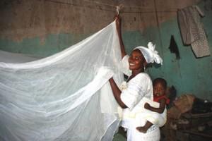 Madre colocando un mosquitero sobre su cama en Mali