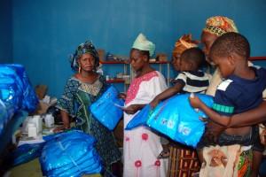 Mujeres embarazadas recibiendo mosquiteros en Mali