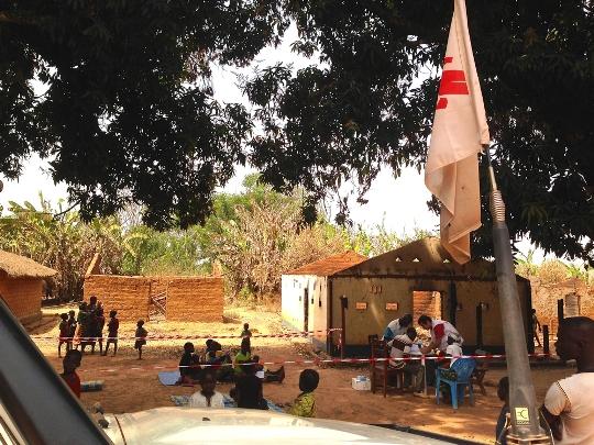 MSF puso en marcha clínicas móviles para asistir a la población dado que los centros de salud habían sido saqueados o destruidos. Fotografía: Natalie Roberts/MSF