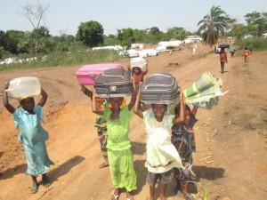 Miles de niños que huyen de la violencia en la República Centro Africana llegando al  campamento de refugiados de Lolo, en la Región Este de Camerún. Muchos de ellos han caminado cientos de kilómetros con sus familias y parientes en busca de refugio