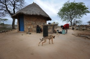 Casas en Chigweremba, una de las pequeñas aldeas del Zimbabue más rural. Foto: Julie Remy