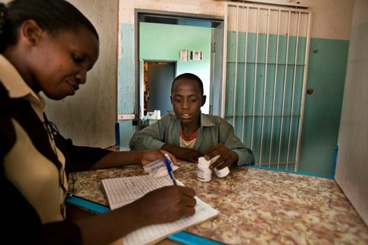 Mzwandile Mabusela recoge sus medicinas en Hospital Mpilo, en Bulawayo, Zimbabue.  Fotografía: Juan Carlos Tomasi