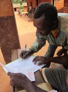 Un padre firma una constancia de recibido por el certificado de nacimiento de si niño
