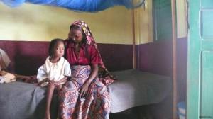 En medio de la confusión, Abiba perdió a su madre y ahora se resiste a comer, tiene fiebre y no se comunica. (MARTA ARIAS, ©UNICEF 2014).