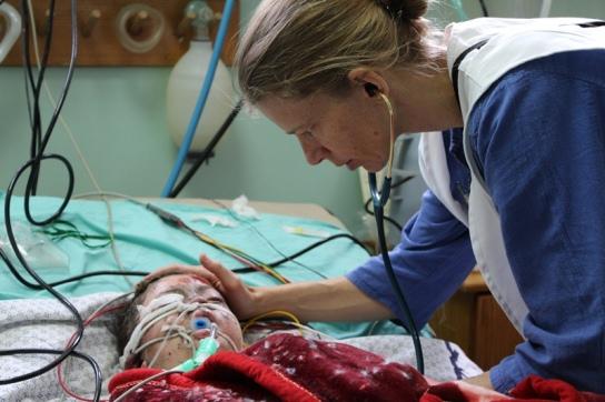 Kelly, anestesista de MSF, en la UCI de la unidad de quemados del Hospital de Shifa donde 2 hermanos de 8 y 4 años están ingresados por quemaduras graves ocasionadas por un misil que impactó en su hogar. Samantha Maurin/MSF