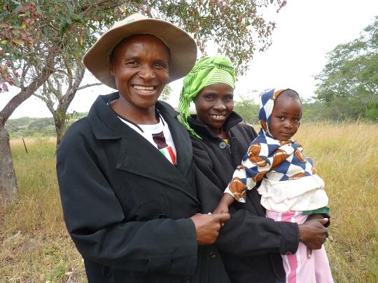 Varaidzo Chipunza y su marido Antony Chivanga viven con VIH desde hace tres años. Desde que se creó el Grupo Comunitario de Tratamiento Antirretroviral en su aldea de Lowlands resulta más fácil seguir el tratamiento. Fotografía: Solenn Honorine/MSF