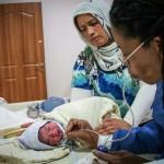 Margueritte le da a Ayla los primeros cuidados después de su nacimiento. Copyright: Gabrielle Klein/MSF