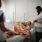 El equipo de MSF felicita a la madre de Ayla. Copyright: Gabrielle Klein/MSF