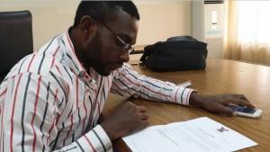 Denis, la historia de un superviviente. En la foto con su certificado de salud. (UNICEF)