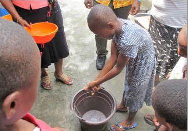 Uchechi, de 7 años, nos muestra cómo ha aprendido a lavarse las manos correctamente. (© UNICEF Nigeria/2014/Moser)