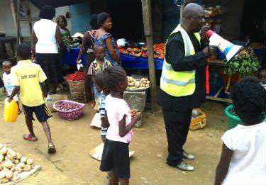 El informador Ibise Daka recorre el mercado de Port Harcourt para explicar a la población cómo pueden protegerse ante el ébola. (© UNICEF Nigeria/2014/Moser)