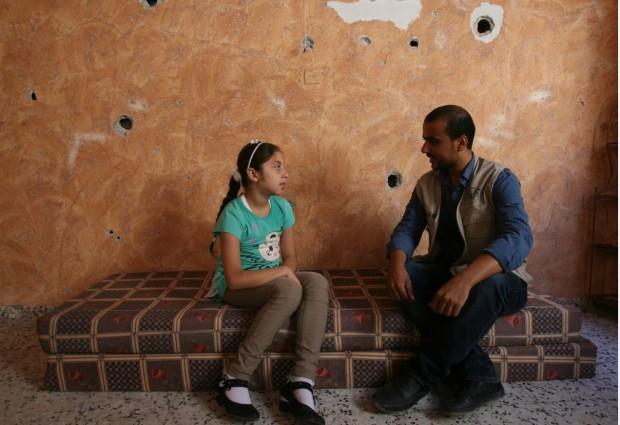 """""""Yo no quiero ser huérfana, quiero que mi papá esté conmigo"""", dice Shaima a un consejero del Centro Palestino para la Democracia y la Resolución de Conflictos, una aliada de UNICEF que se especializa en el tratamiento del trauma infantil."""