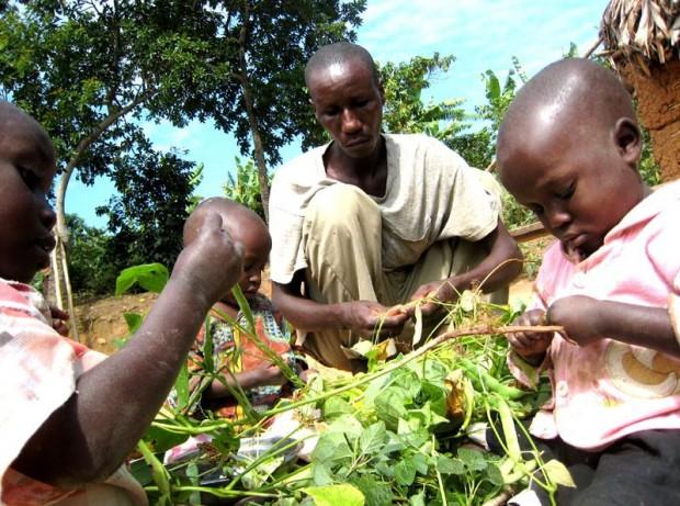 Una foto de Gethlem Butatera con sus hijos.  (UNICEF Uganda/2014/Simon Crittle)
