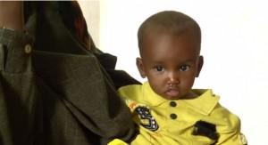 Hamza esperando ser vacunado.