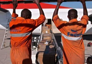 Llega el avión con suministros al aeropuerto de Aden Adde en Mogadiscio, Somalia