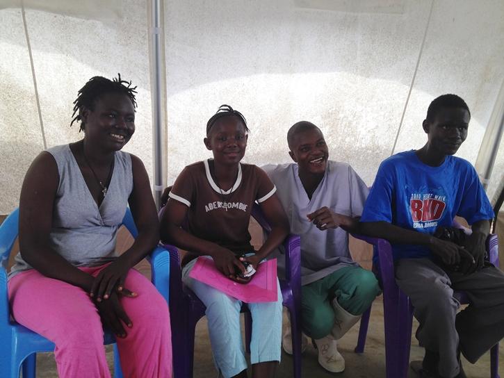 Los hermanos Haja, Abivatu y Lamphia celebran con Sallia Swarroy enfermera  del centro de pacientes de Bo  haber sobrevivido al virus.
