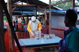Enfermeras preparan el reparto de comidas a los pacientes en la zona de alto riesgo. La comida se distribuye en envases desechables que son eleminados en el propio centro.