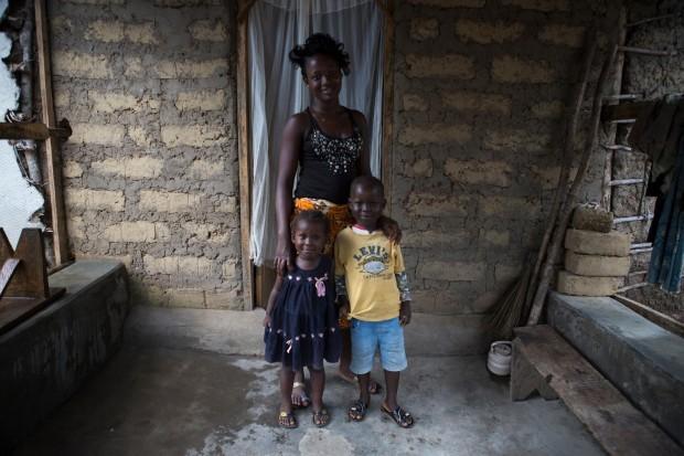 María, de quince años, en su casa con su hermano y hermana. (© UNICEF Sierra Leona / 2014 / Bindra)