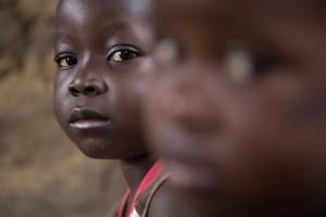 Amadou y su hermana, Awa, en la casa familiar en Kenema, Sierra Leona. (© UNICEF Sierra Leona / 2014 / Bindra)
