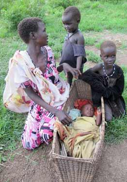 Cuaca caminó con sus hijos durante 10 días desde su ciudad natal de Bor con los pies descalzos, llevando a su bebé en una cesta en la cabeza y durmiendo a la intemperie con otras mujeres y niños que también huían. (© UNICEF South Sudan/2014/Donovan)