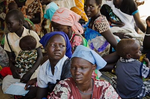Madres e hijos esperan en el Centro de Alimentación del hospital de Médicos Sin Fronteras en Leer, Sudán del Sur