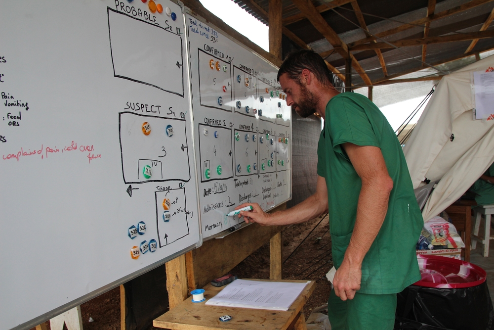 Organización del equipo en Kailahun, Sierra Leona. Fotografía de P.K.Lee