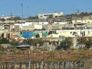 Wady Lighrous es una zona situada al este de la ciudad de Hebrón, donde viven unas 4500 personas. Este enclave está entre dos asentamientos (el de Kiryat Arba y Kharsena) y cerca de una base militar, en la carretera 60. Se considera una zona de clase C, lo que significa que nadie puede construir nuevos edificios o ampliar su propia casa. Algunas casas han sido demolidas por las fuerzas israelíes y las personas que viven allí se enfrentan diariamente a gran cantidad de obstáculos impuestos por el ejército israelí y los colonos. Fotografía Médicos Sin Fronteras.