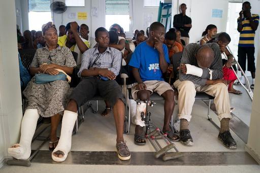 Sala de espera del centro quirúrgico de Médicos Sin Fronteras en Tabarre, al este de Puerto Príncipe. En este centro se proporciona asistencia en traumatología de emergencia, cirugía ortopédica y abdominal para las víctimas de atracos, violencia de género y se atiende a las personas heridas en accidentes de tráfico.