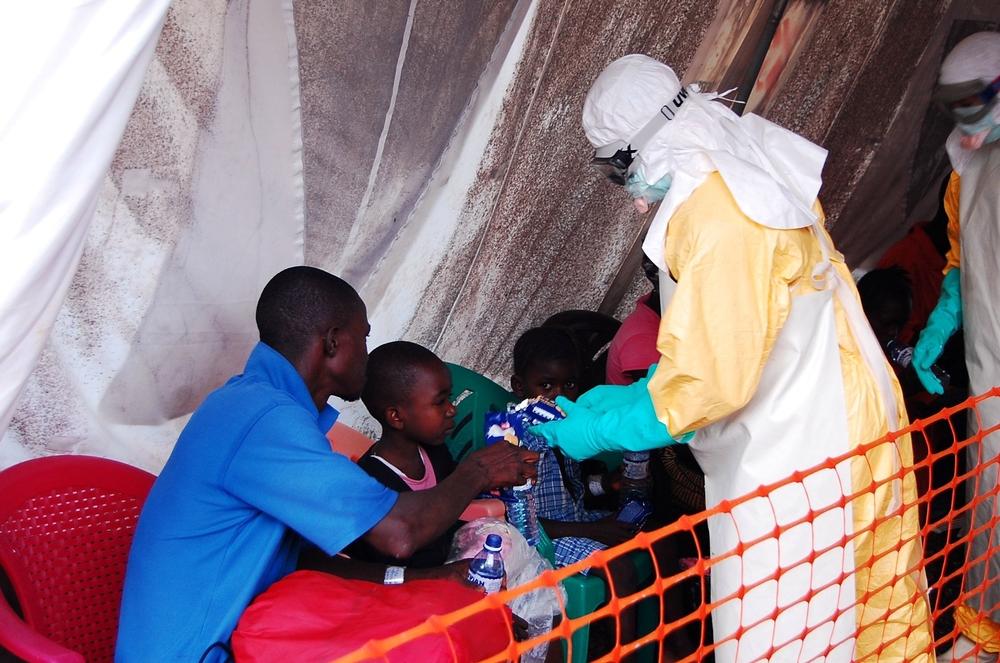 Los pacientes admitidos en el centro de tratamiento de Ébola pasan a la tienda de triage. Ahí los equipos médicos tratan de determinar la gravedad de sus síntomas y evaluar su historial de contactos. Fotografía de Fathema Murtaza.
