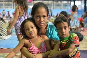 Elna Cirilo con Nicole, de 6 años, y Cyrus, de 5, en el centro de evacuación Barangay Bagong Silangan © UNICEF Filipinas / 2014 / Andy Brown
