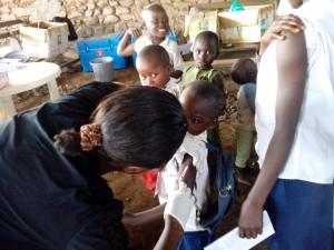 Un niño es vacunado contra el sarampión en Karango, en la región de Minova. República Democrática del Congo. Fotografía Ana de la Osada / MSF